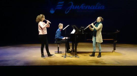 Opiston oppilaat esiintyvät Juvenalian kilpailussa