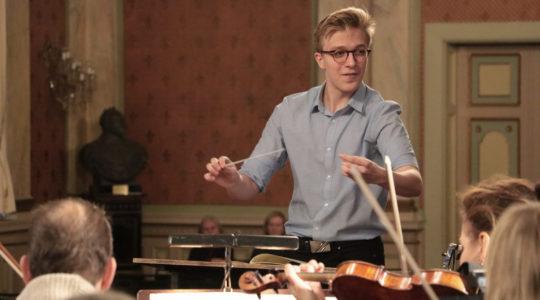 Ross Collins johtaa orkesteria