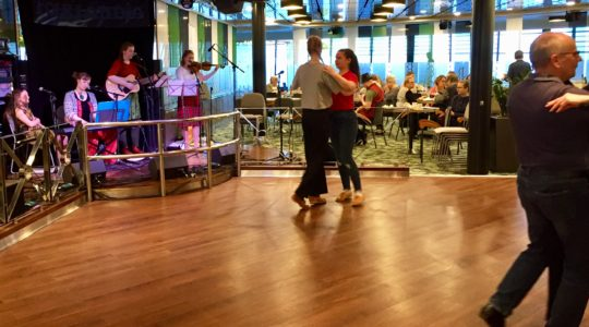 Kera-yhtye esiintyy Folklandia risteilyllä ja ihmiset tanssivat