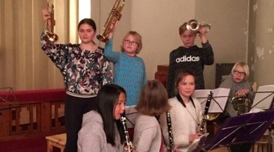 Karusellikonsertissa esiintyviä musiiikkiopiston oppilaita