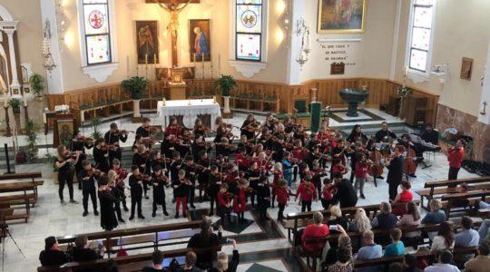 Suzukiviulistien konsertti Malagassa kirkossa.