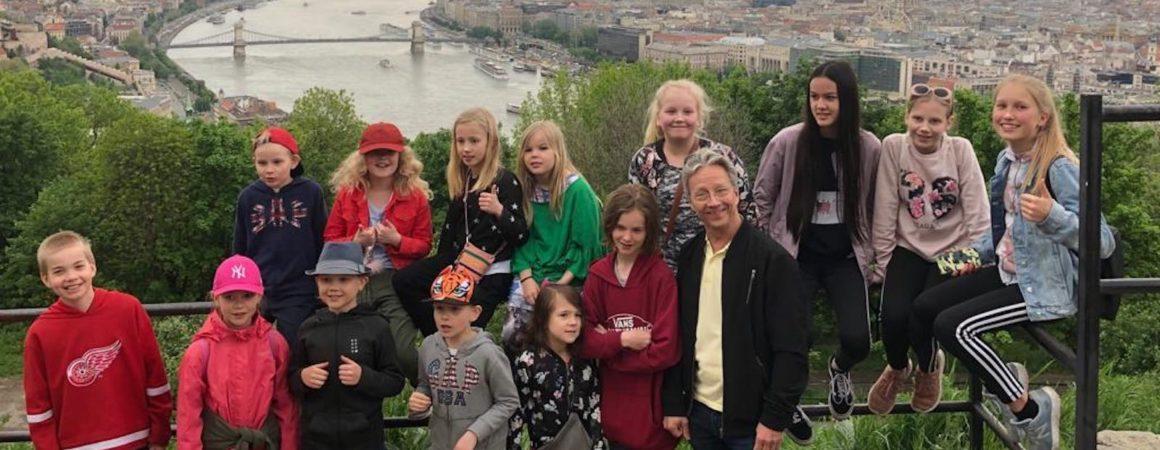 Junioriviulistit Budapestissa ulkona Ahti Valtosen johdolla.