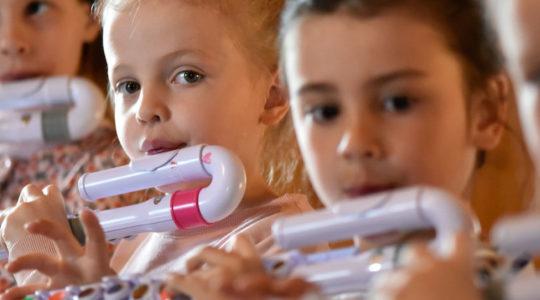 Sivuston pääkuvassa opiston 4 nuorta huilistia soittamassa lasten huiluja