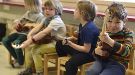 Lapsia soittamassa ukulelea