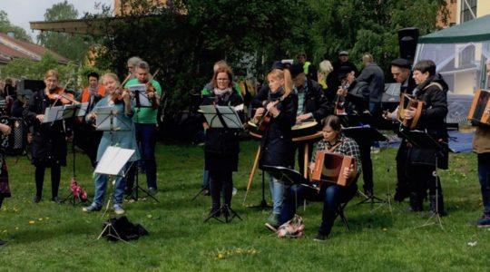 Käpylän pelimannit esiintymässä ulkona kesällä 2019