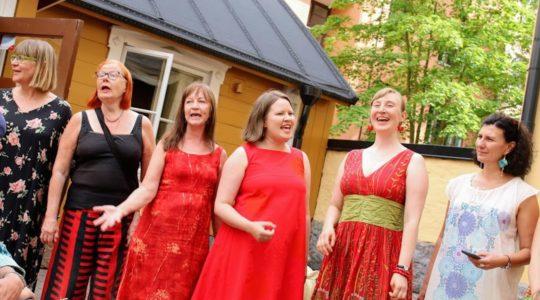 Lauluyhtye Kiehinän jäsenet laulavat kesällä 2019