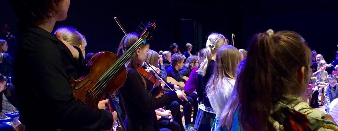 Viuluopettaja Saija Teirikangas ja nuoria viulisteja