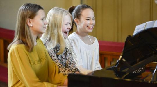 Kolme nauravaa pianistinuorta