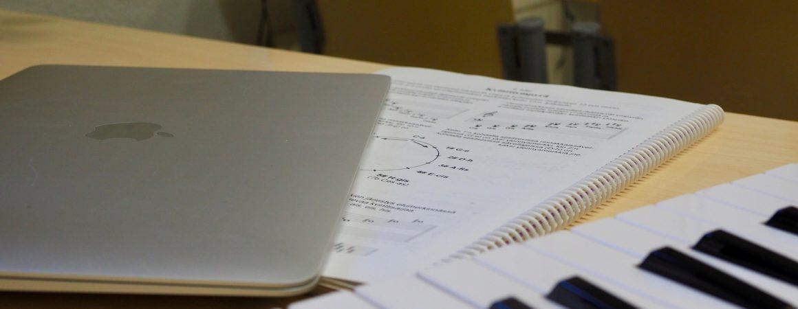 Muha-luokan opiskeluvälineitä: kannettava tietokone, koskemisto ja oppikirja