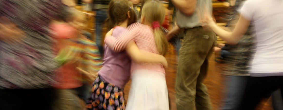 Ihmisiä tanssin pyörteissä