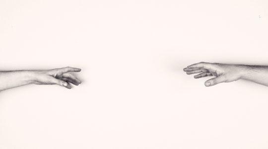 Toisiaan kohti kurottavat kädet